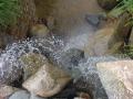 Този воден ефект беше направен преди седем-осем години в двора на едни приятели на Миро. С помощта на кран Мирослав изгради водопада с морените, както и системата от тръби за отвеждане на водата до определените два извора. Помпената станция, както и облицовките на стените и дъното на езерото бяха направени от други хора.